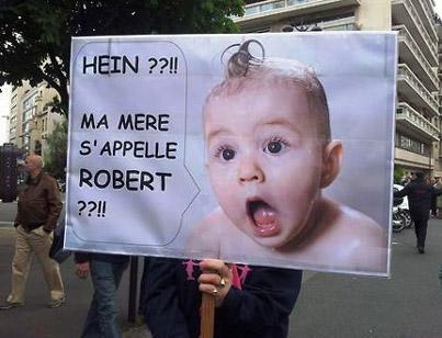 """""""Hein?! Minha mãe se chama Roberto?!"""" Cartaz presente na """"Manif pour Tous"""", que reuniu milhares de pessoas nas ruas de Paris no dia 26/05/2013, protestando contra a aprovação do casamento gay na França"""