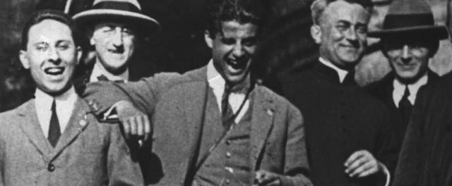 """Beato Pier Giorgio Frassati, jovem italiano, leigo, beatificado pelo Para João Paulo II em 20 de maio de 1990. Eis as palavras do Santo Padre, sobre este jovem, também chamado """"o homem das oito bem-aventuranças"""": """"Pier Giorgio é também um homem do nosso século, o homem moderno, o homem que amou muito.  É um mestre a ser seguido. (...) Nele o Evangelho se converte em solidariedade e acolhida, se faz busca da verdade e exigente compromisso em favor da justiça."""" Um jovem como tantos outros, que praticava esporte, gostava de teatro, artes, música... Mas que fazia de cada ato de sua vida um apostolado. Possuía,  enfim, esta viva religiosidade varonil!"""